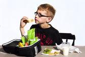 Jongen eten lunch in school — Stockfoto
