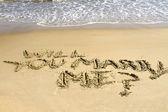 砂に書かれた私と結婚します。 — ストック写真