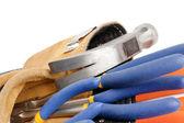 Zugeschnittenes bild des tool-gürtel mit hammer und schraubenschlüssel — Stockfoto