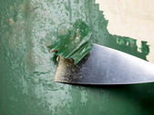 Rimozione di vernice utilizzando uno scalpello — Foto Stock