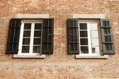 Windows et brique rouge — Photo