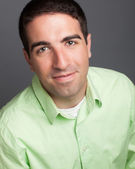 Yeşil gömlek giymiş adam kafa vurdu — Stok fotoğraf