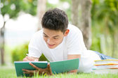 Escribiendo notas en libreta — Foto de Stock