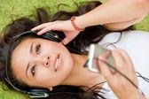 Disfrutando de la música — Foto de Stock