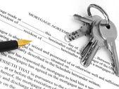 Hypotheekovereenkomst met pen en sleutels — Stockfoto