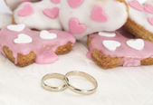 Wedding rings with heart shape cookies — Stock fotografie