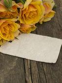 Note vide sur la vieille table avec roses jaunes — Photo