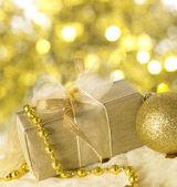 Vacanza dorata accordo con scatola regalo — Foto Stock