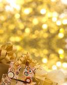 Tal van geschenken op glanzende achtergrond — Stockfoto