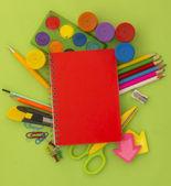 Equipamento para escola, várias ferramentas isoladas em branco, o conceito de educação — Fotografia Stock