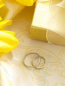 Trouwringen in de gele arrangement — Stockfoto