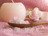 花、木のスプーンで塩とタオル — ストック写真