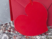 Hediye ve parlak gümüş arka plan üzerinde kalp şeklinde not kağıdı — Stok fotoğraf