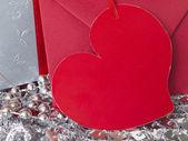 Nota de papel en forma de corazón con el regalo en el fondo de plata brillante — Foto de Stock