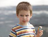 Vzteklý chlapec chce více zmrzliny. my všichni scream na zmrzlinu — Stock fotografie