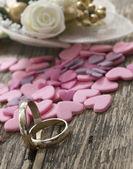 Huwelijksringen met kleine hart — Stockfoto