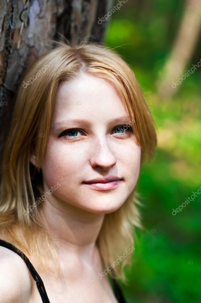Portrait of a beautiful girl in the sun — Stock Photo #11224000