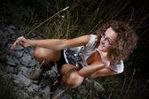Jong meisje glimlachend in de natuur — Stockfoto