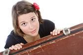Bir bavul bakarak çekici genç kadın — Stok fotoğraf