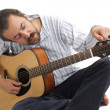 Man tuning his guitar — Stock Photo