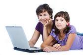 母亲和女儿用的笔记本电脑 — 图库照片