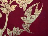 Pássaro de estilo tailandês arte na parede, templo em bangkok, tailândia — Fotografia Stock