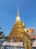 Kinnari staty att han tempel av emerald buddha, bangkok, t — Stockfoto