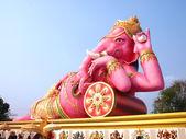 Ganesha rosa grande en pose relajada, del templo en tailandia — Foto de Stock