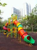 Kleurrijke speeltuin in een stadspark. — Stockfoto