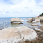 Thai island of Koh Samui. The pile of rocks on the beach — Stock Photo