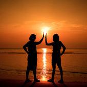 Lustige silhouette am strand — Stockfoto