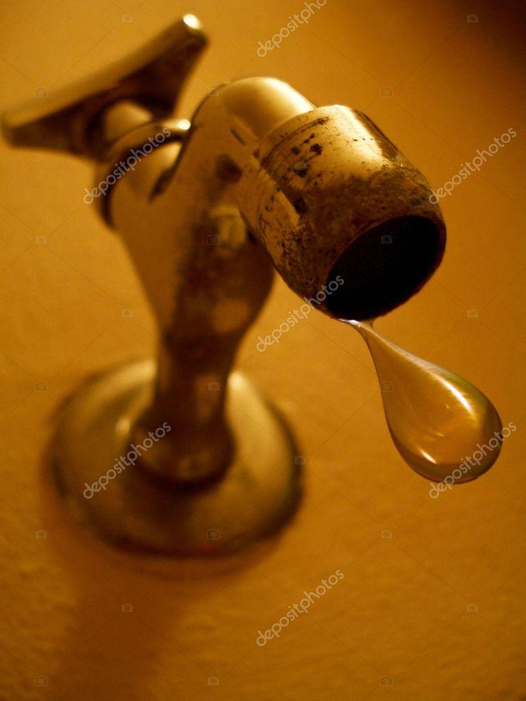 Vattenbehållare med kran monteras på vägg