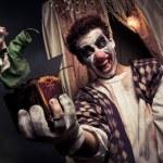 Zdjęcie przerażające clown gospodarstwa jack-in-the-box zabawka — Zdjęcie stockowe