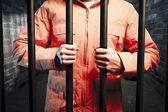 Więzień wewnątrz ciemnym więzieniu komórki w nocy — Zdjęcie stockowe