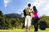 Piękna para szuka daleka od szczytu góry — Zdjęcie stockowe
