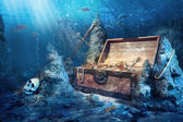 Open treasure chest with bright gold underwater — Stockfoto