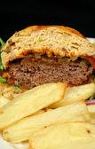 Burger und chips — Stockfoto