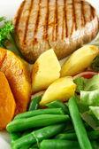 烤的蔬菜和牛排 — 图库照片