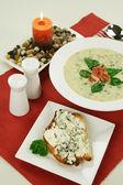špenát polévky a sýrové toasty — Stock fotografie