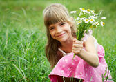 La jeune fille est souriante et tenant un bouquet — Photo