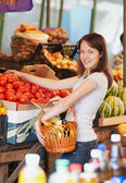 The girl is in the market — Stock Photo