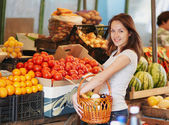 The smiling girl in the market — Stock Photo