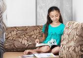La muchacha está leyendo una revista — Foto de Stock