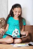 那个女孩是阅读和微笑 — 图库照片