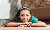 女の子は、カーペット横たわっています。 — ストック写真