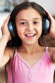 La chica está escuchando música — Foto de Stock