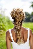 夏の日は牧草地を歩く女の子 — ストック写真