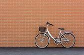 Vélo contre un mur de briques — Photo