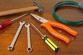 инструменты на деревянных счетчика — Стоковое фото