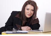Unga vackra kvinnan på kontoret — Stockfoto